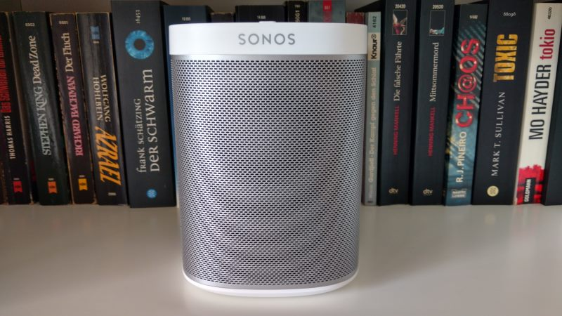 Der Sonos Play:1 Smart Speaker im Bücherregal
