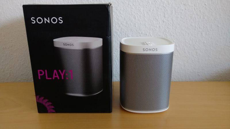 Der Sonos Play:1 Smart Speaker mit Verpackung