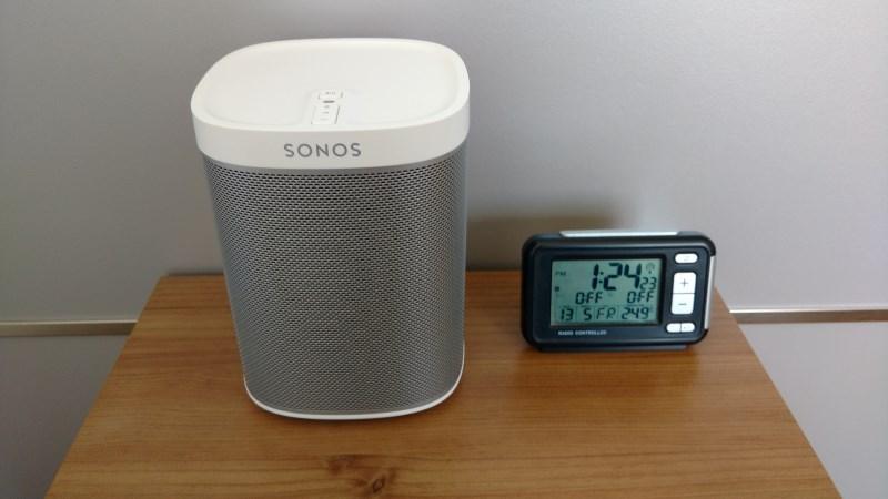 Der Sonos Play:1 Smart Speaker im Schlafzimmer