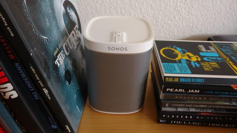 Der Sonos Play:1 Smart Speaker im Wohnzimmer