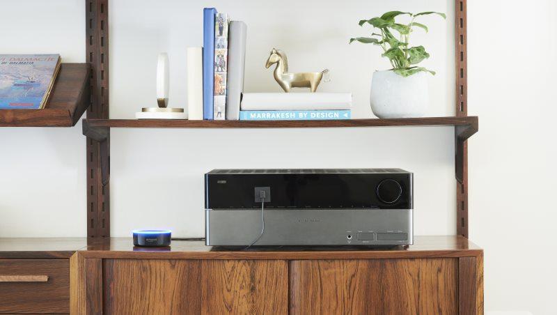 Amazon Echo Dot an einem Receiver angeschlossen