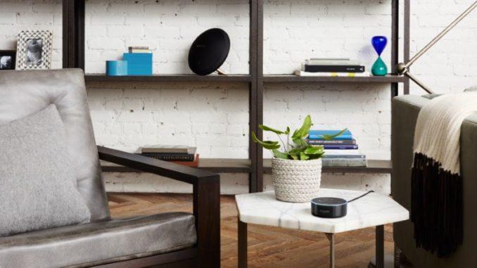 Der Amazon Echo Dot im Wohnzimmer